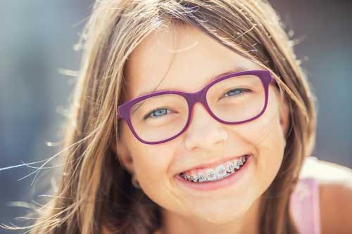 Zahnspangenträger sollten besonders auf ihre Mundhygiene achten! [©weyo, fotolia.com]