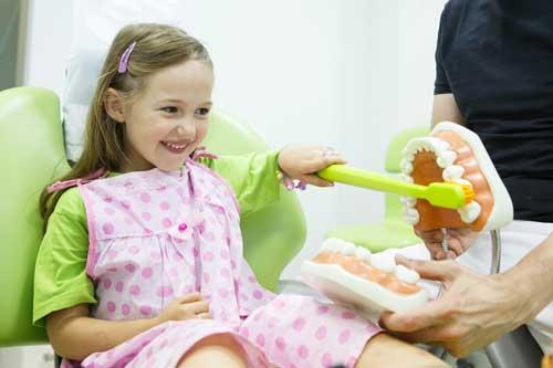 Anleitung zur richtigen Zahnpflege [©zlikovec, fotolia.com]